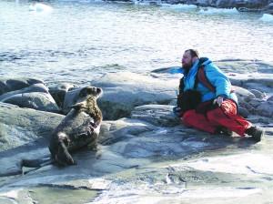 Автор з тюленем на кам'яному пляжі то о. Бархани